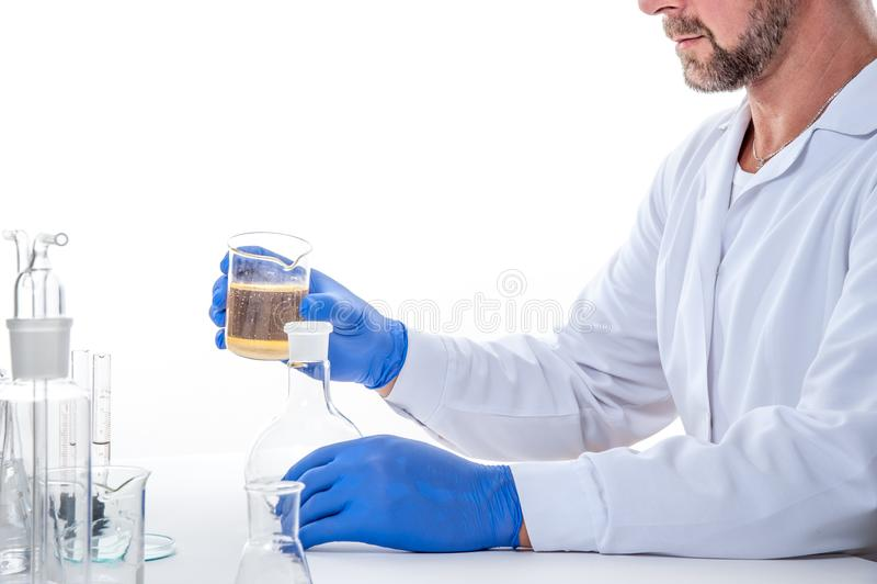 Hombre en el laboratorio, opinión un hombre en el laboratorio mientras que experimenta la ejecución fotos de archivo
