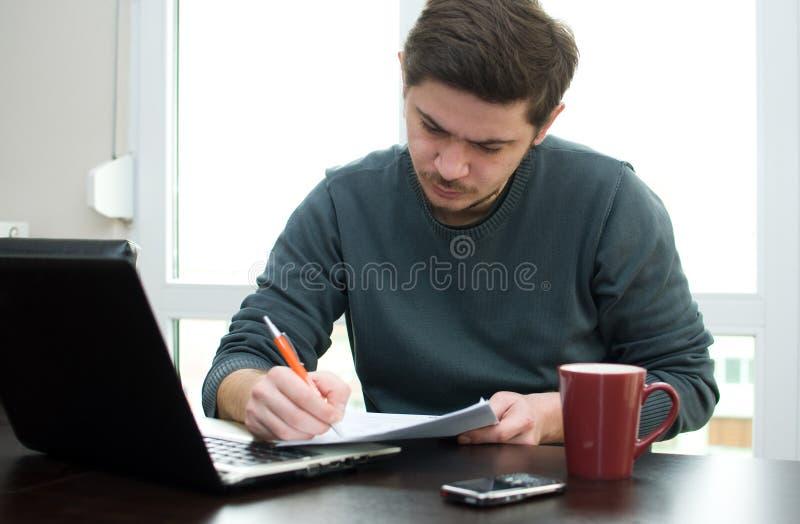 Hombre en el país que trabaja en una computadora portátil foto de archivo libre de regalías
