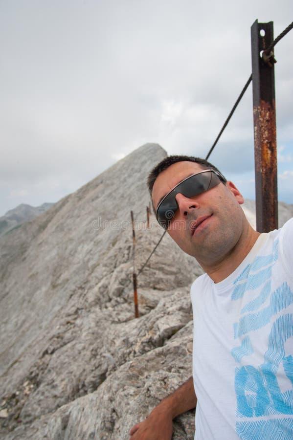 Hombre en el pico de Koncheto en la montaña Pirin imágenes de archivo libres de regalías