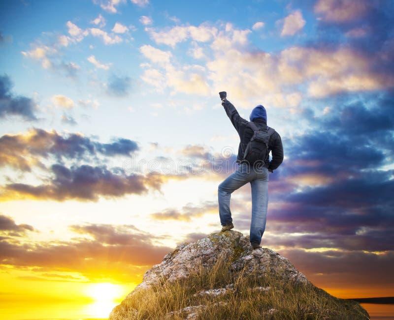 Hombre en el pico de la montaña. foto de archivo