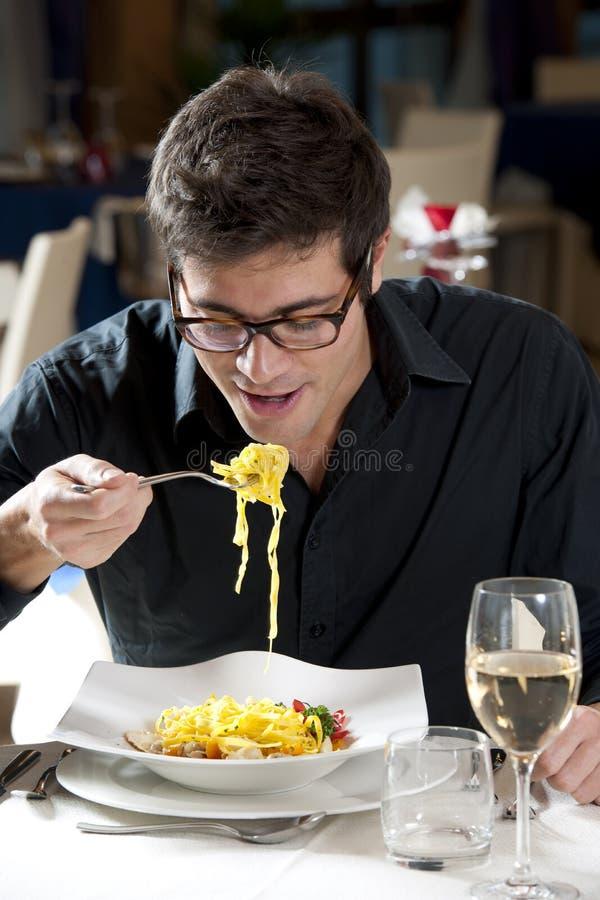 Hombre en el restaurante imagenes de archivo