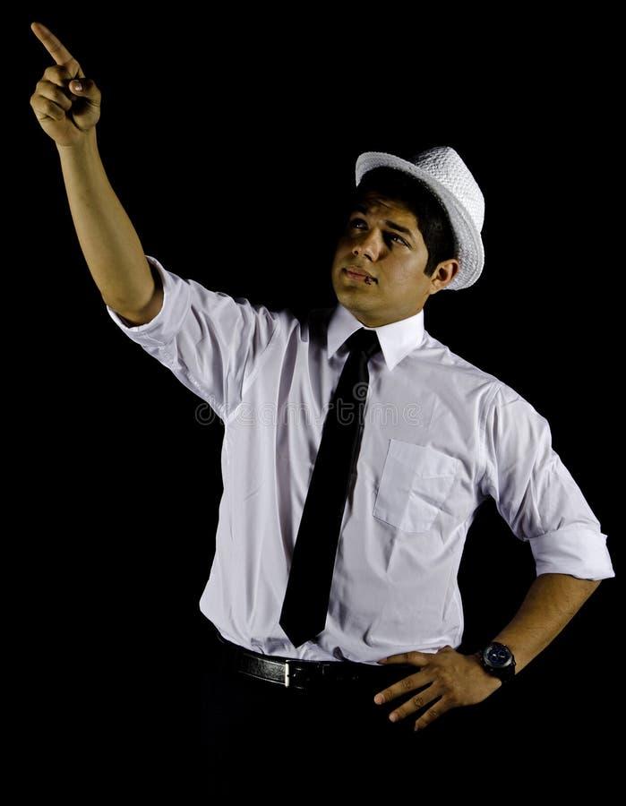 Hombre en el sombrero blanco y la camisa aislados en negro imágenes de archivo libres de regalías