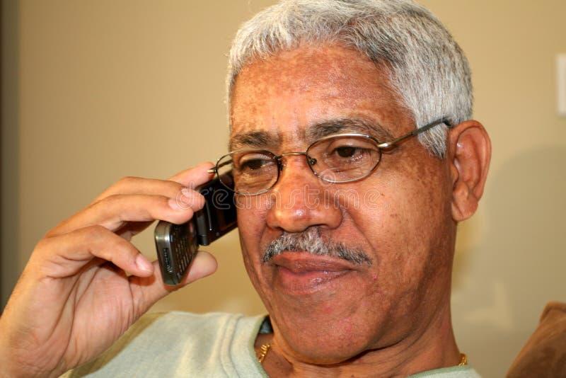 Hombre en el teléfono celular imagenes de archivo