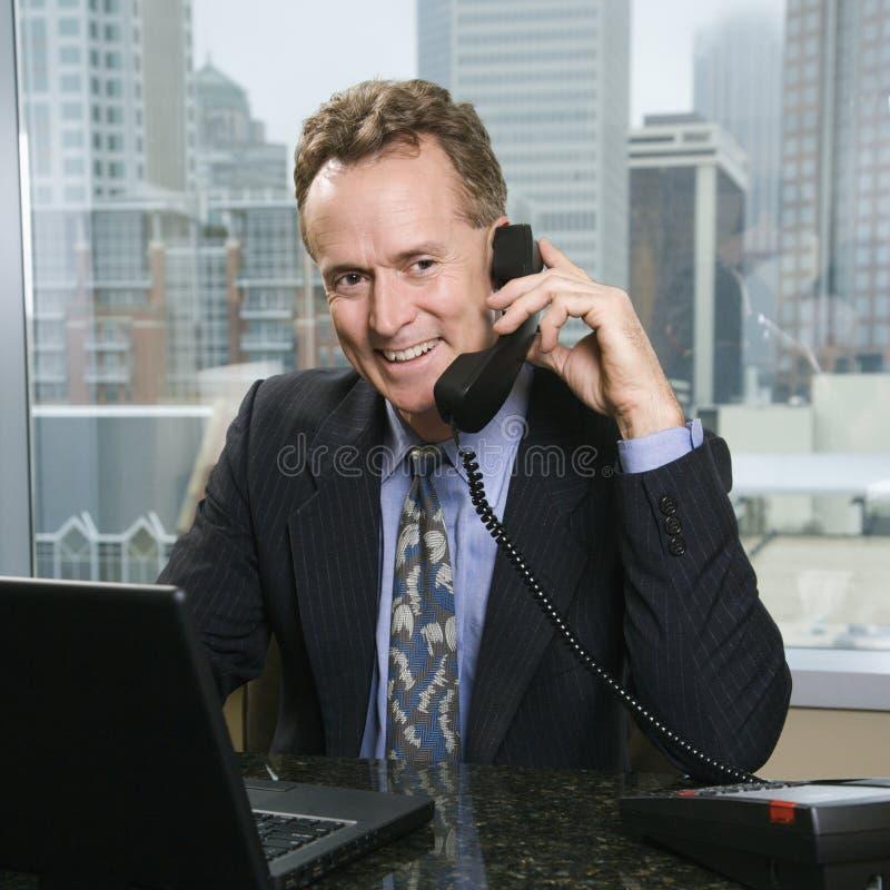 Hombre en el teléfono de la oficina imagen de archivo libre de regalías