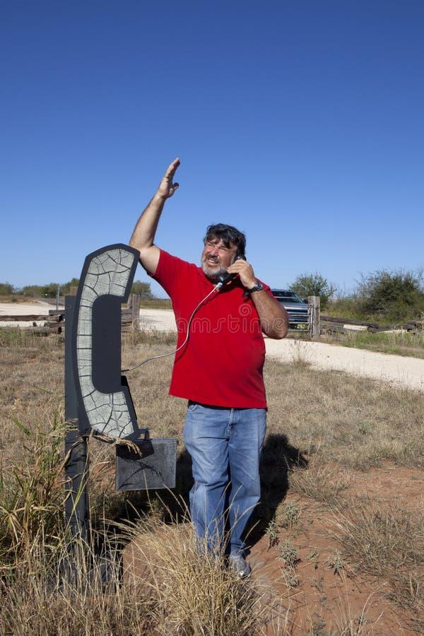 Hombre en el teléfono en el medio de en ninguna parte fotografía de archivo libre de regalías