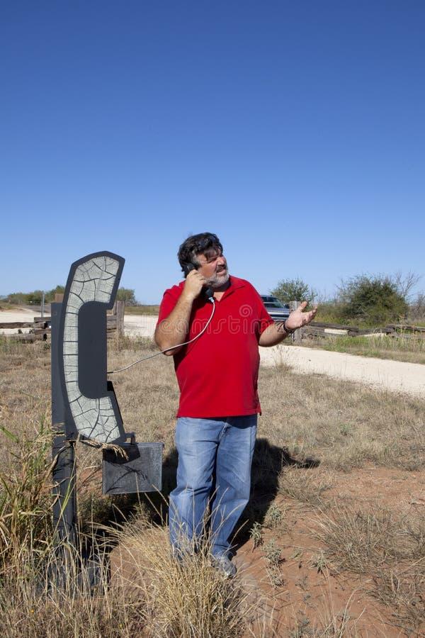 Hombre en el teléfono en el medio de en ninguna parte foto de archivo libre de regalías