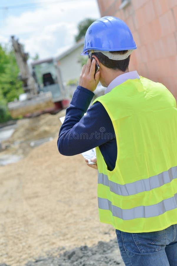 Hombre en el teléfono que mira el solar imagen de archivo libre de regalías