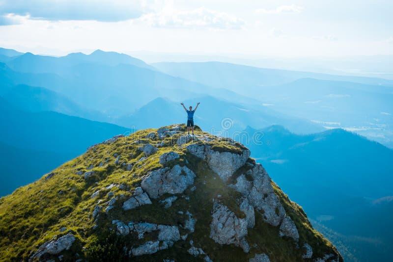 Hombre en el top de una roca fotografía de archivo