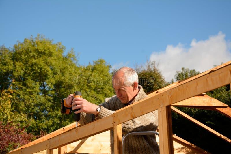 Hombre en el trabajo DIY foto de archivo libre de regalías