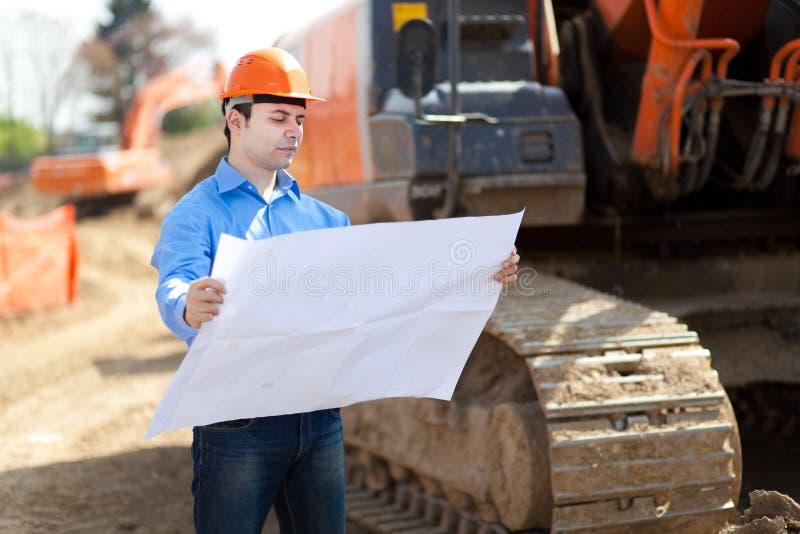 Hombre en el trabajo en un emplazamiento de la obra fotografía de archivo