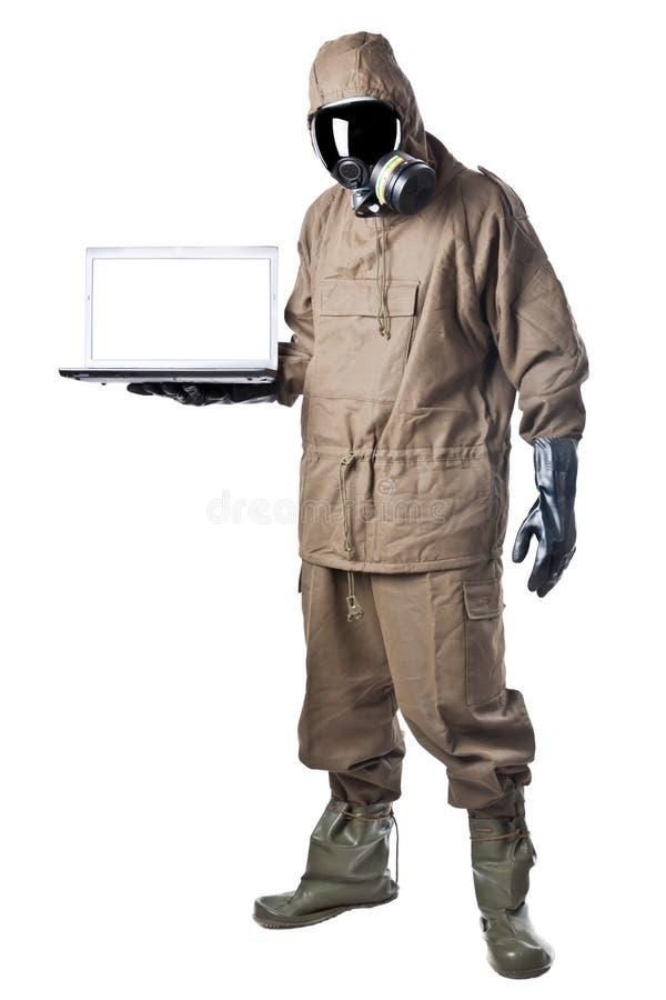 Hombre en el traje del peligro que muestra un ordenador portátil imágenes de archivo libres de regalías
