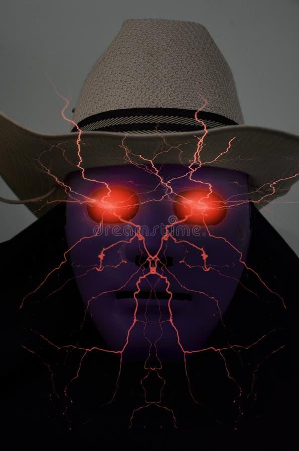 Hombre en energía eléctrica roja de la máscara violeta en dos ojos imagen de archivo