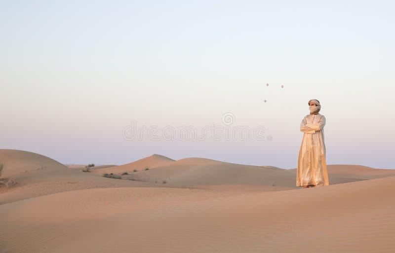 Hombre en equipo tradicional en un desierto cerca de Dubai fotografía de archivo