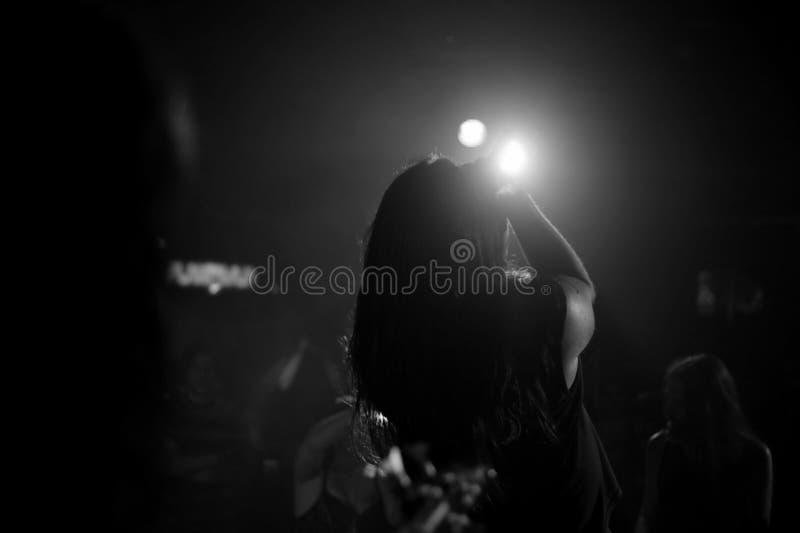 Hombre en etapa en Live Concert Black y un blanco imagenes de archivo