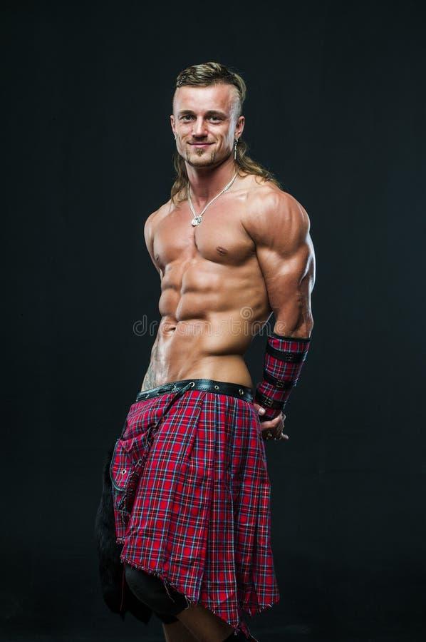 Hombre en falda escocesa fotografía de archivo