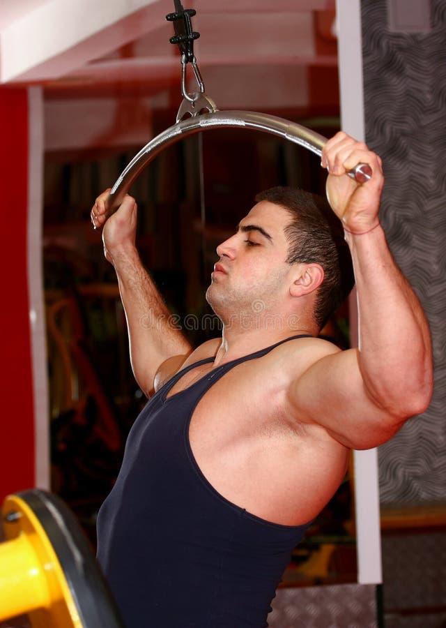 Hombre en gimnasio fotografía de archivo libre de regalías