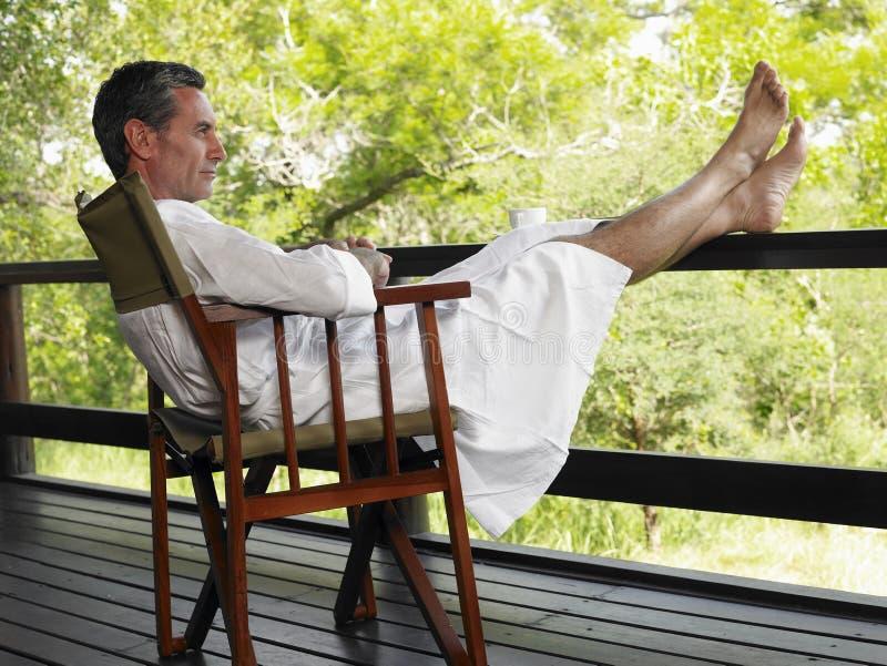 """Expresa tu momento """" in situ """" con una imagen - Página 32 Hombre-en-la-albornoz-que-se-sienta-en-terraza-con-los-pies-para-arriba-33909740"""