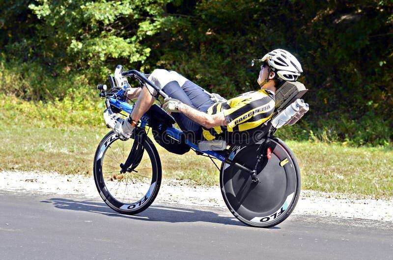 Hombre en la bicicleta de Recumbant fotografía de archivo libre de regalías