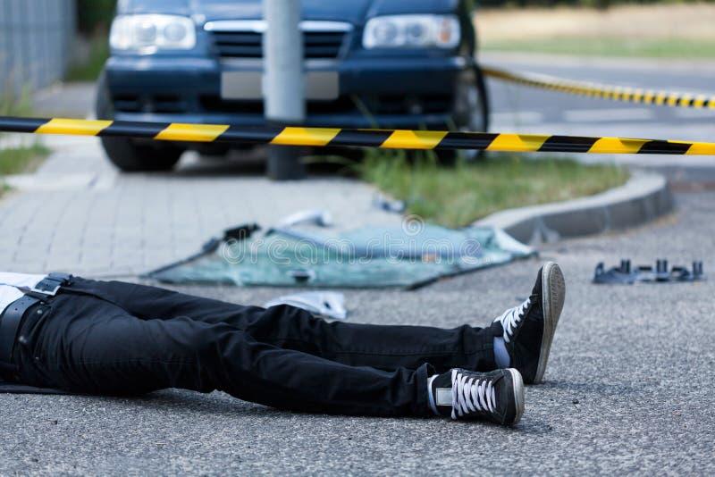 Hombre en la calle después del accidente fotos de archivo libres de regalías