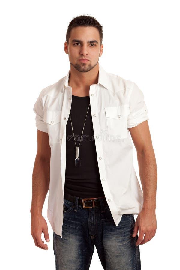 Hombre en la camisa y los pantalones vaqueros blancos fotos de archivo