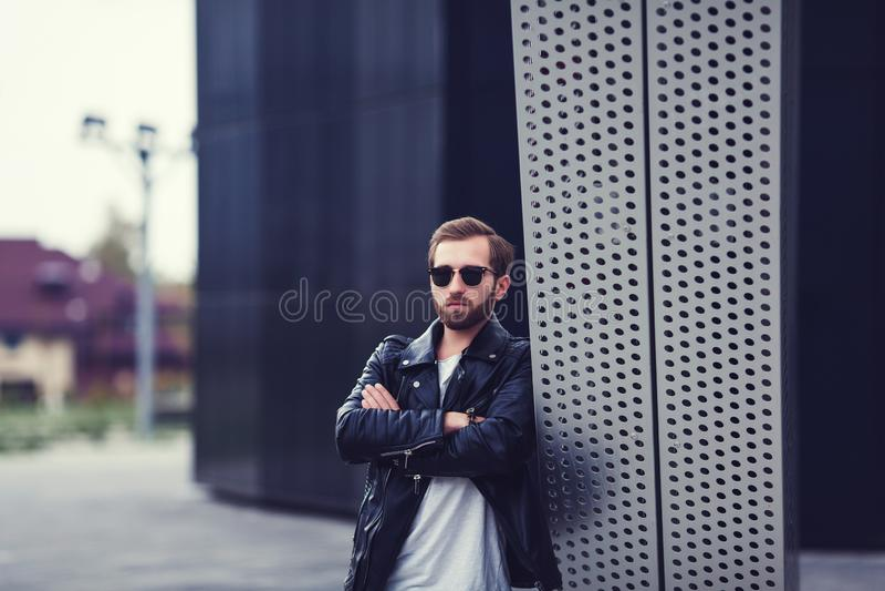 Hombre en la chaqueta de cuero fotografía de archivo libre de regalías