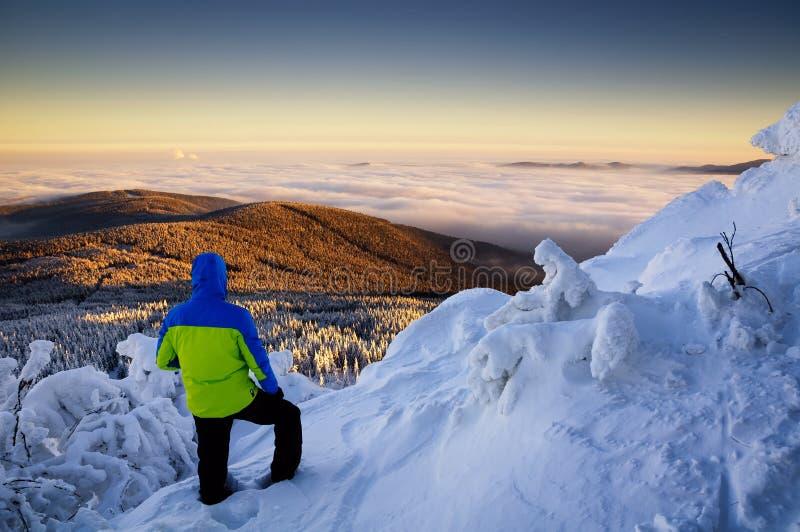 Hombre en la cima de la montaña en Jested Típica mañana de nieve, República Checa fotografía de archivo libre de regalías