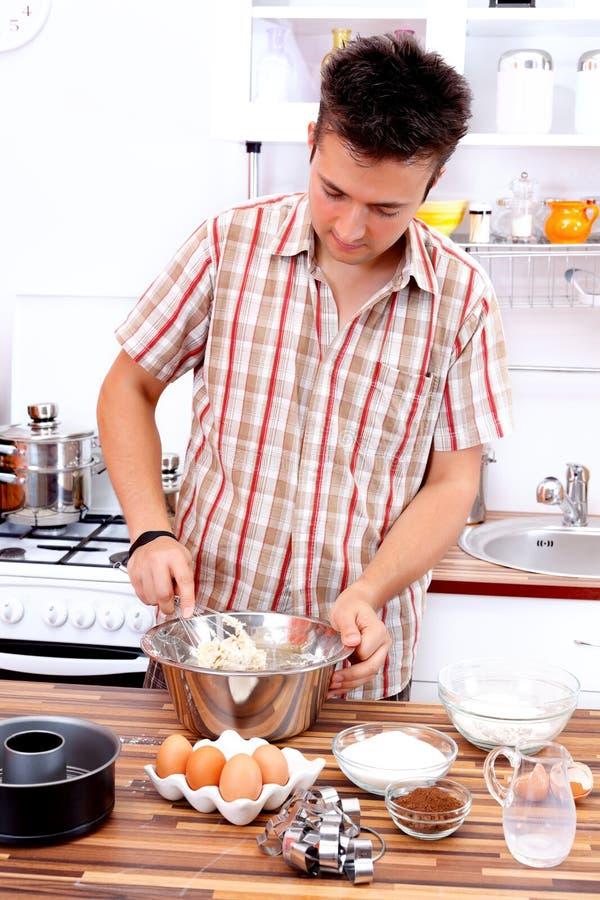 Hombre en la cocina fotos de archivo