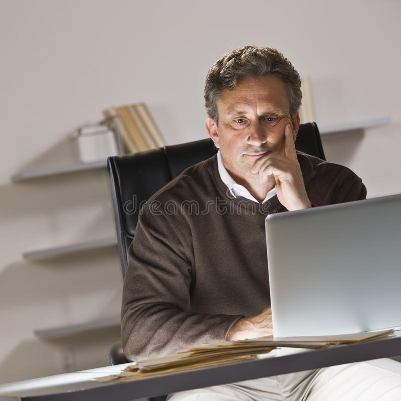 Hombre en la computadora portátil imágenes de archivo libres de regalías