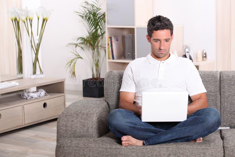 Hombre en la computadora portátil fotos de archivo libres de regalías