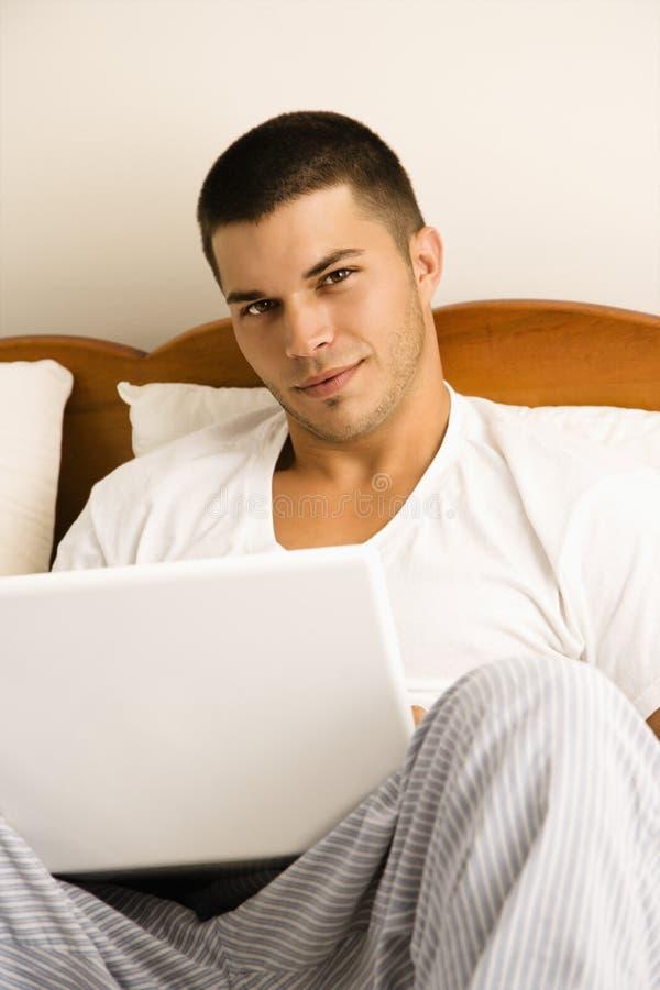 Hombre en la computadora portátil. imágenes de archivo libres de regalías