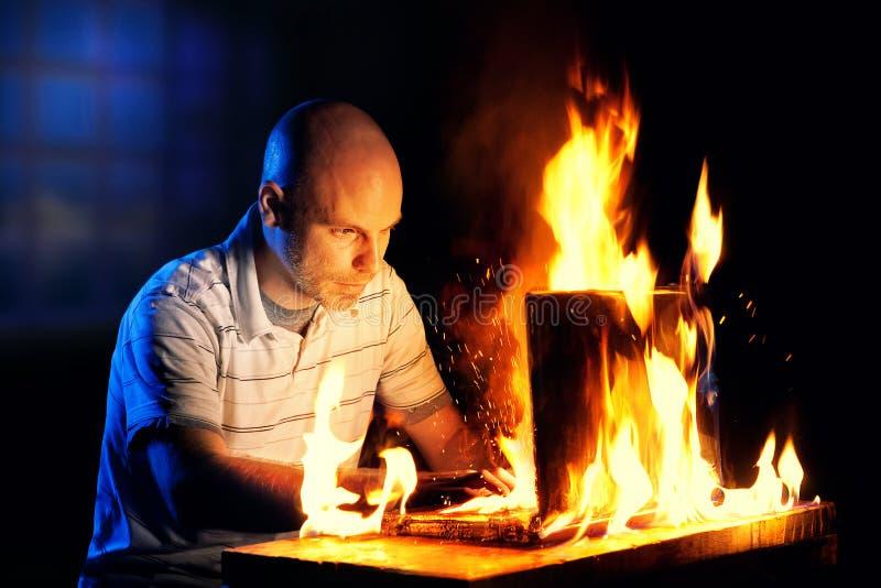 Hombre en la computadora portátil fotografía de archivo