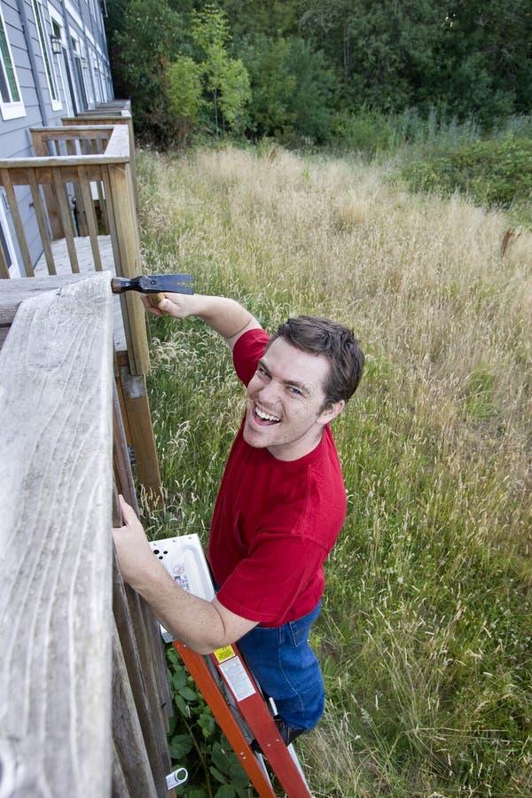 Hombre en la escala - vertical foto de archivo libre de regalías