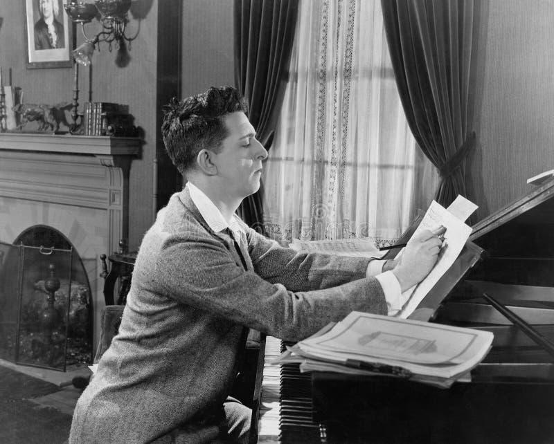 Hombre en la escritura del piano en partitura (todas las personas representadas no son vivas más largo y ningún estado existe Gar fotografía de archivo