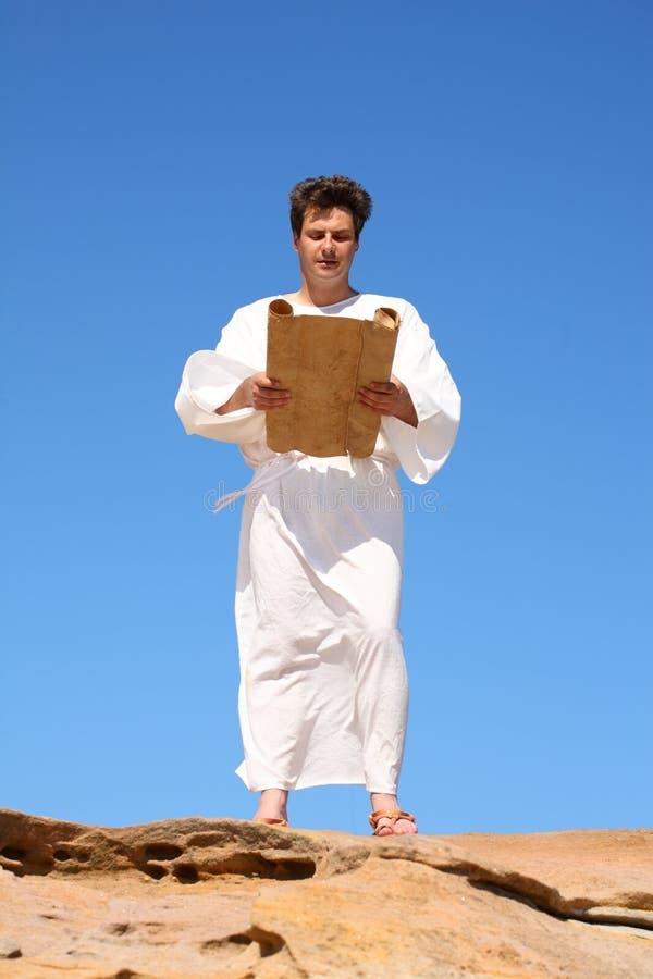 Hombre en la lectura del traje fotos de archivo libres de regalías