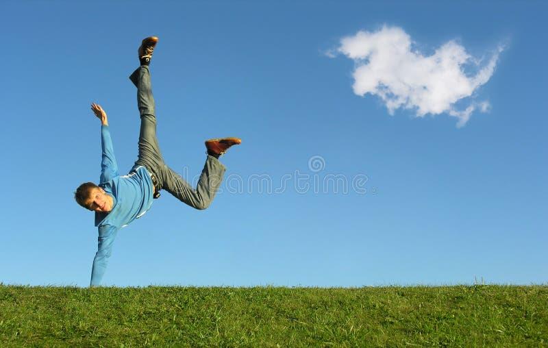Hombre en la mano en el cielo azul foto de archivo
