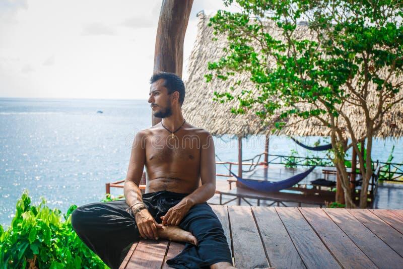 Hombre en la meditación imagenes de archivo
