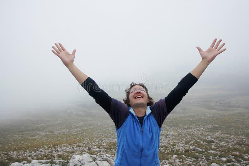 Hombre en la montaña foto de archivo libre de regalías