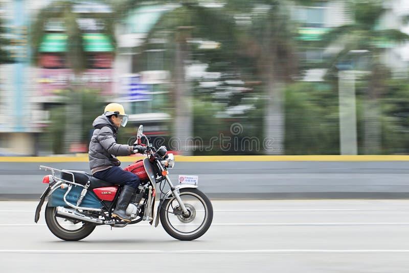 Hombre en la motocicleta en el camino, Guangzhou, China de Honda fotografía de archivo