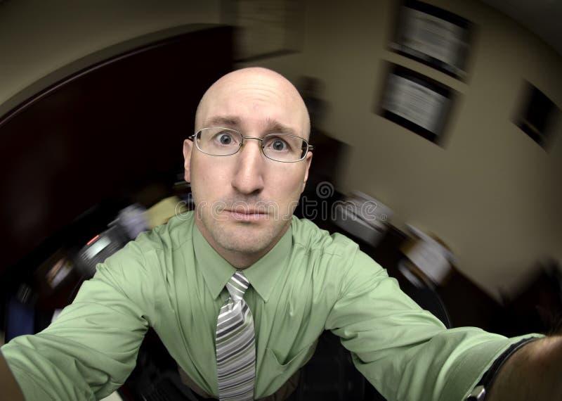 Hombre en la oficina que busca ayuda fotografía de archivo libre de regalías