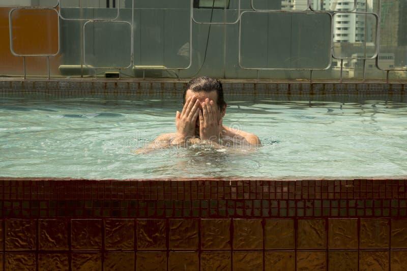 Hombre en la piscina fotografía de archivo libre de regalías