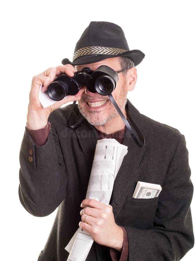 Hombre en la pista del caballo con los prismáticos foto de archivo
