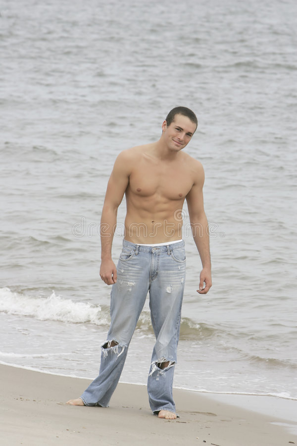 Hombre en la playa imagen de archivo