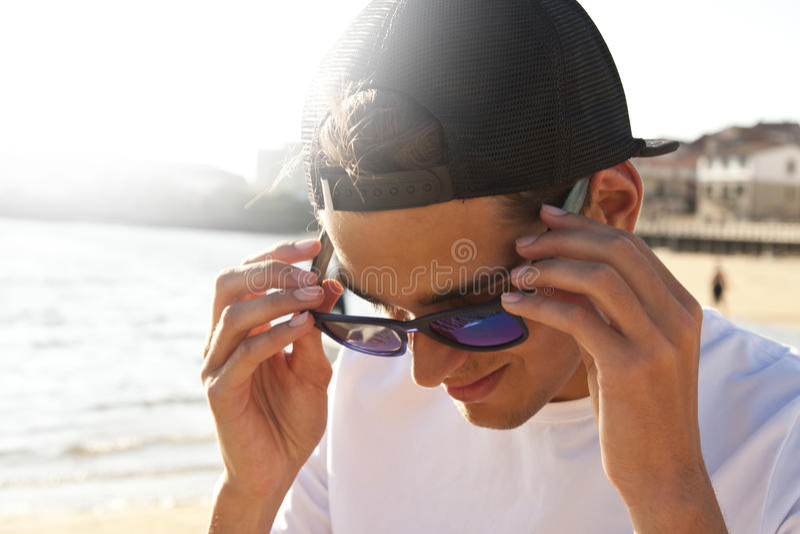 Hombre en la playa imágenes de archivo libres de regalías