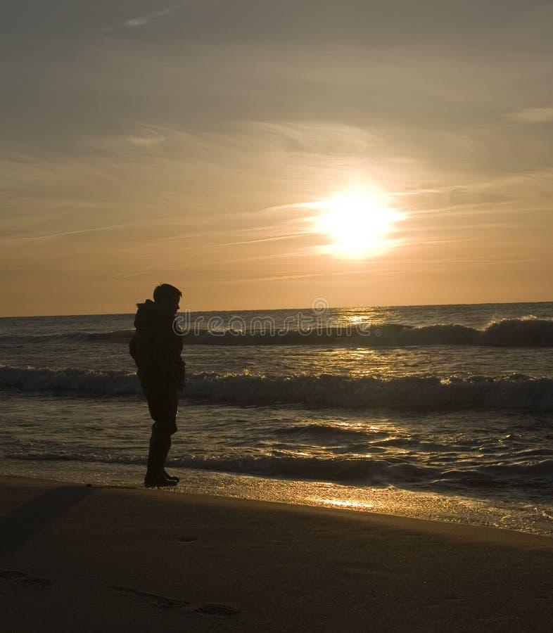 Hombre en la playa abandonada   fotos de archivo