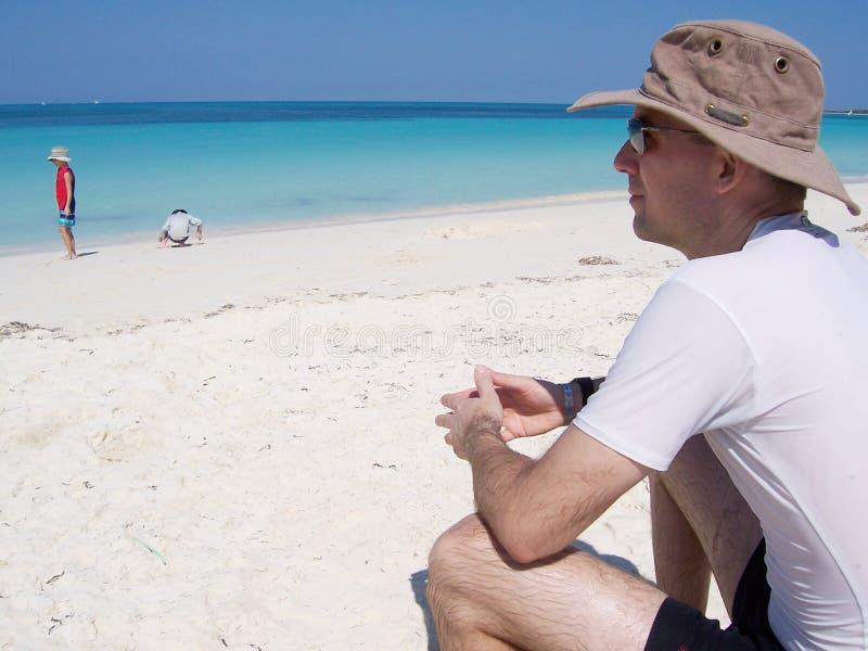 Hombre en la playa en el centro turístico en Cuba foto de archivo