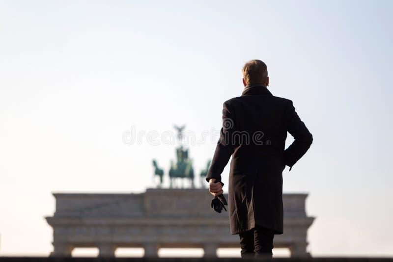 Hombre en la puerta de Brandeburgo Berlín Alemania fotografía de archivo libre de regalías