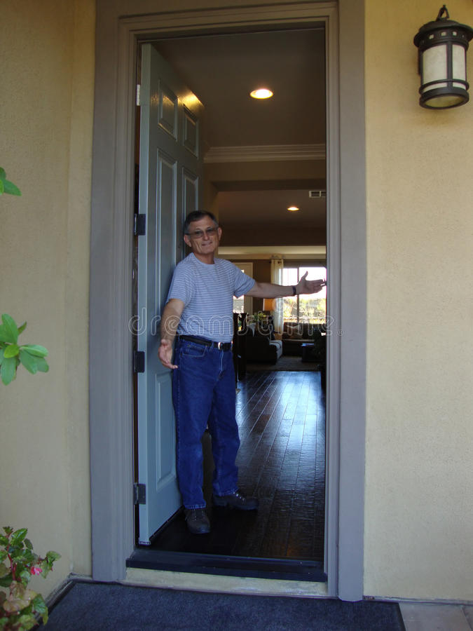 Hombre en la puerta principal imagen de archivo libre de regalías