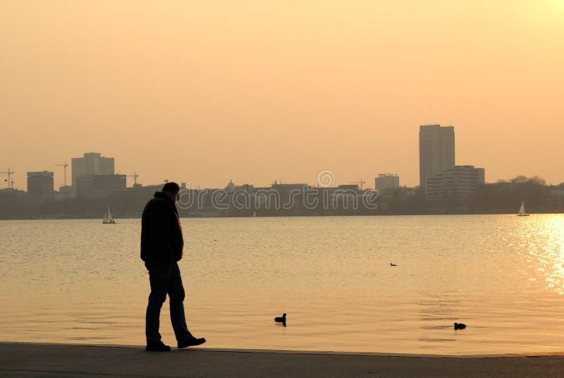Hombre en la puesta del sol imagen de archivo libre de regalías