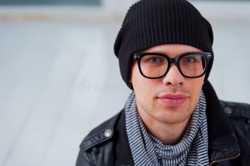 Hombre en la ropa casual que lleva los vidrios imagen de archivo libre de regalías