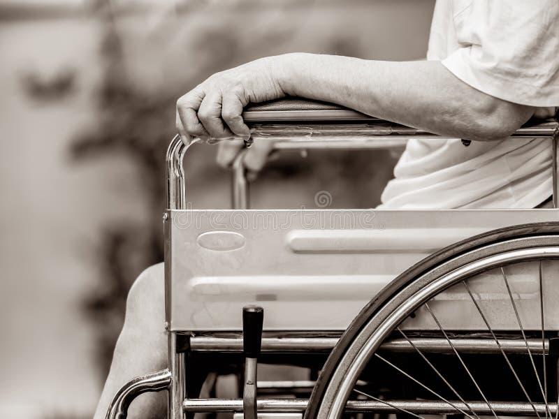 Hombre en la silla de ruedas fotografía de archivo